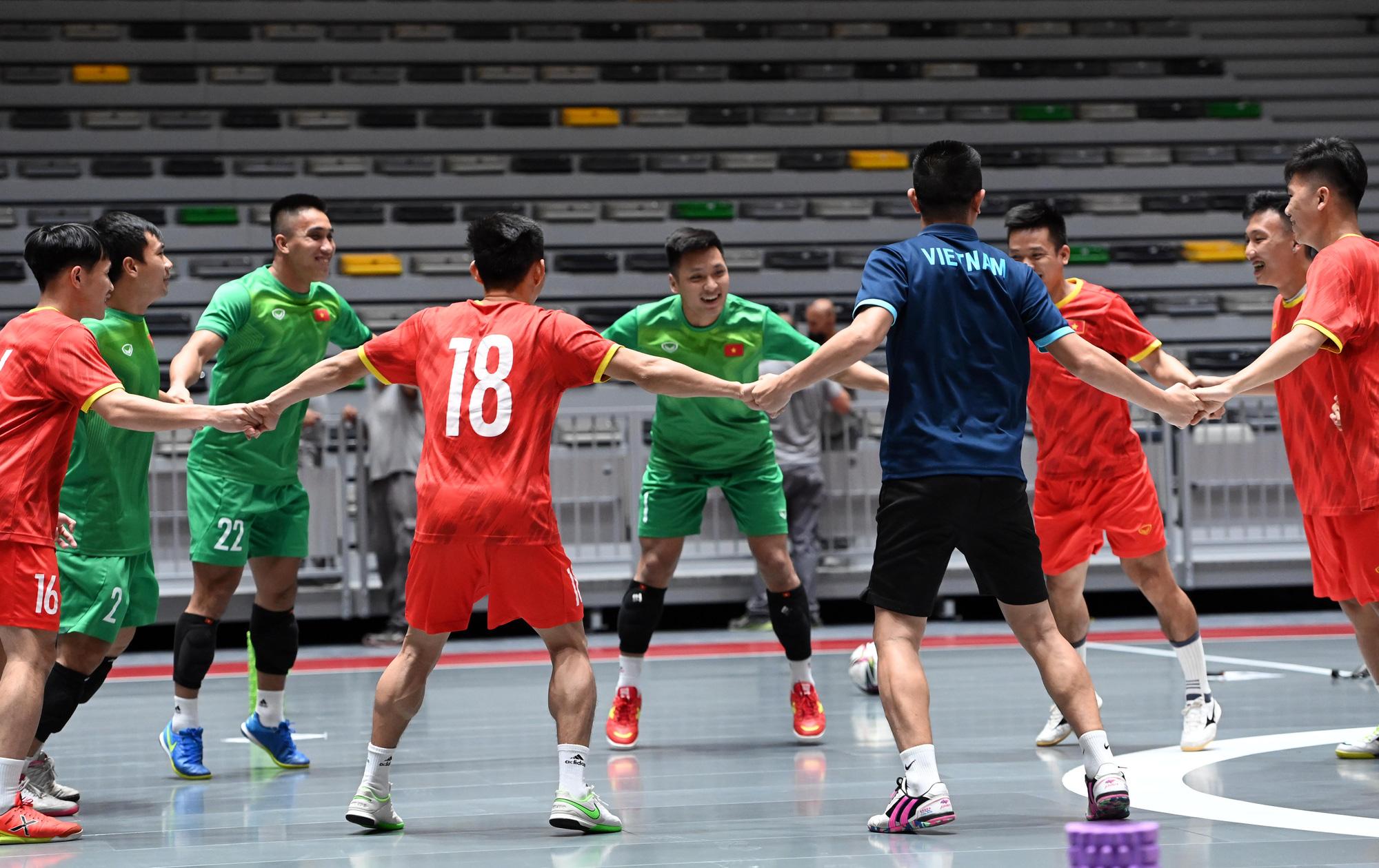 Đội tuyển futsal Việt Nam trong buổi tập đầu tiên tại Tây Ban Nha - Ảnh 12.