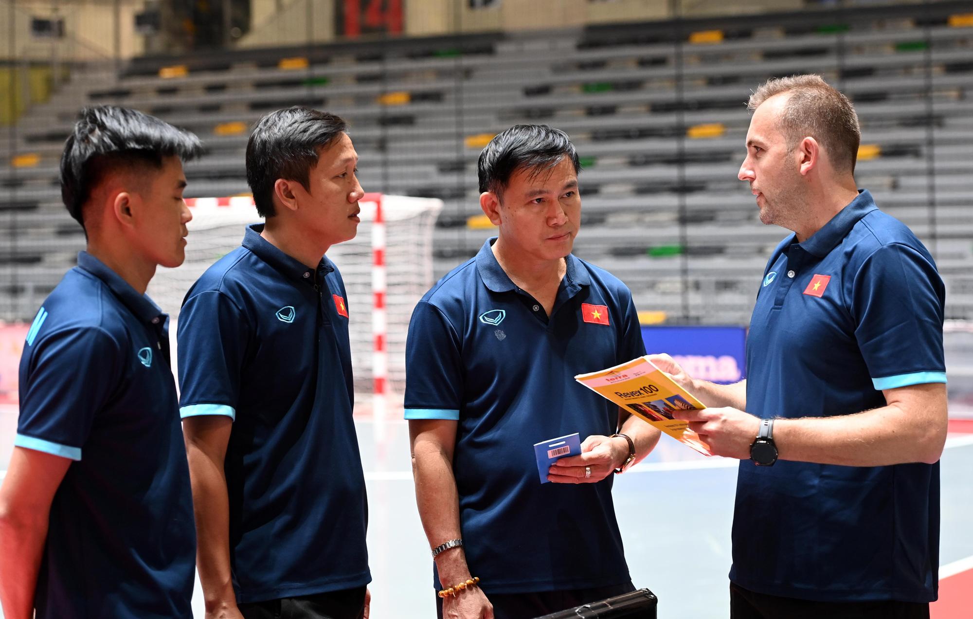 Đội tuyển futsal Việt Nam trong buổi tập đầu tiên tại Tây Ban Nha - Ảnh 10.