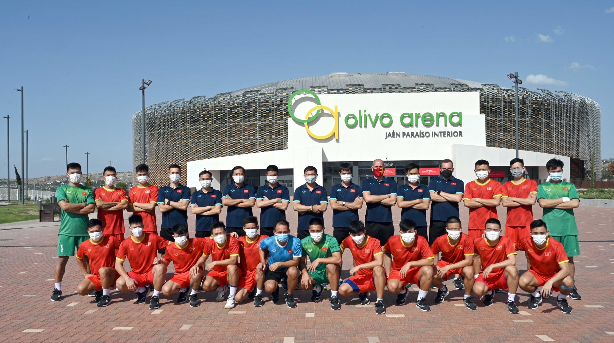 Đội tuyển futsal Việt Nam trong buổi tập đầu tiên tại Tây Ban Nha - Ảnh 1.