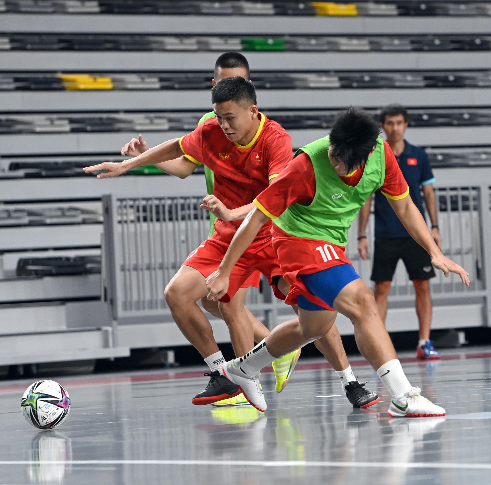 Đội tuyển futsal Việt Nam trong buổi tập đầu tiên tại Tây Ban Nha - Ảnh 7.