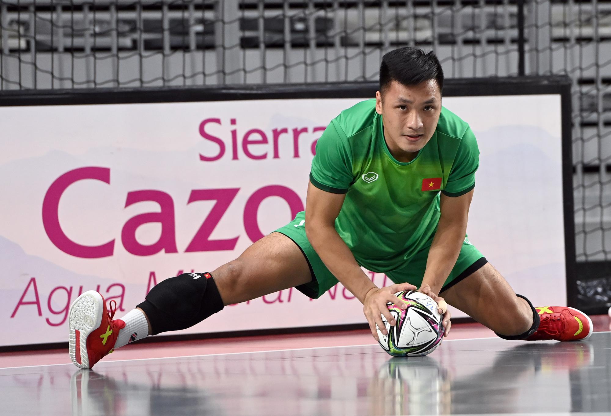 Đội tuyển futsal Việt Nam trong buổi tập đầu tiên tại Tây Ban Nha - Ảnh 8.