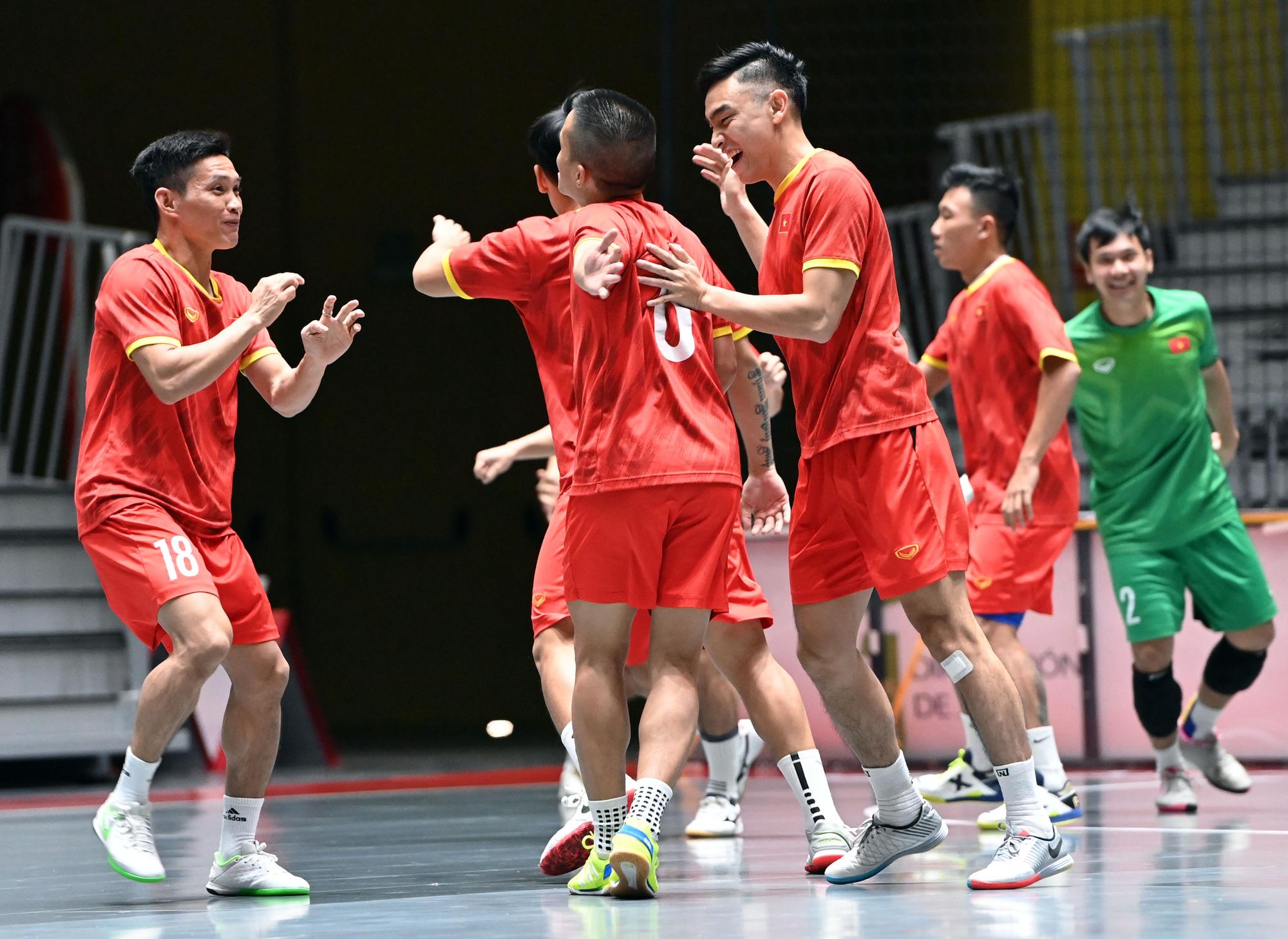 Đội tuyển futsal Việt Nam trong buổi tập đầu tiên tại Tây Ban Nha - Ảnh 9.