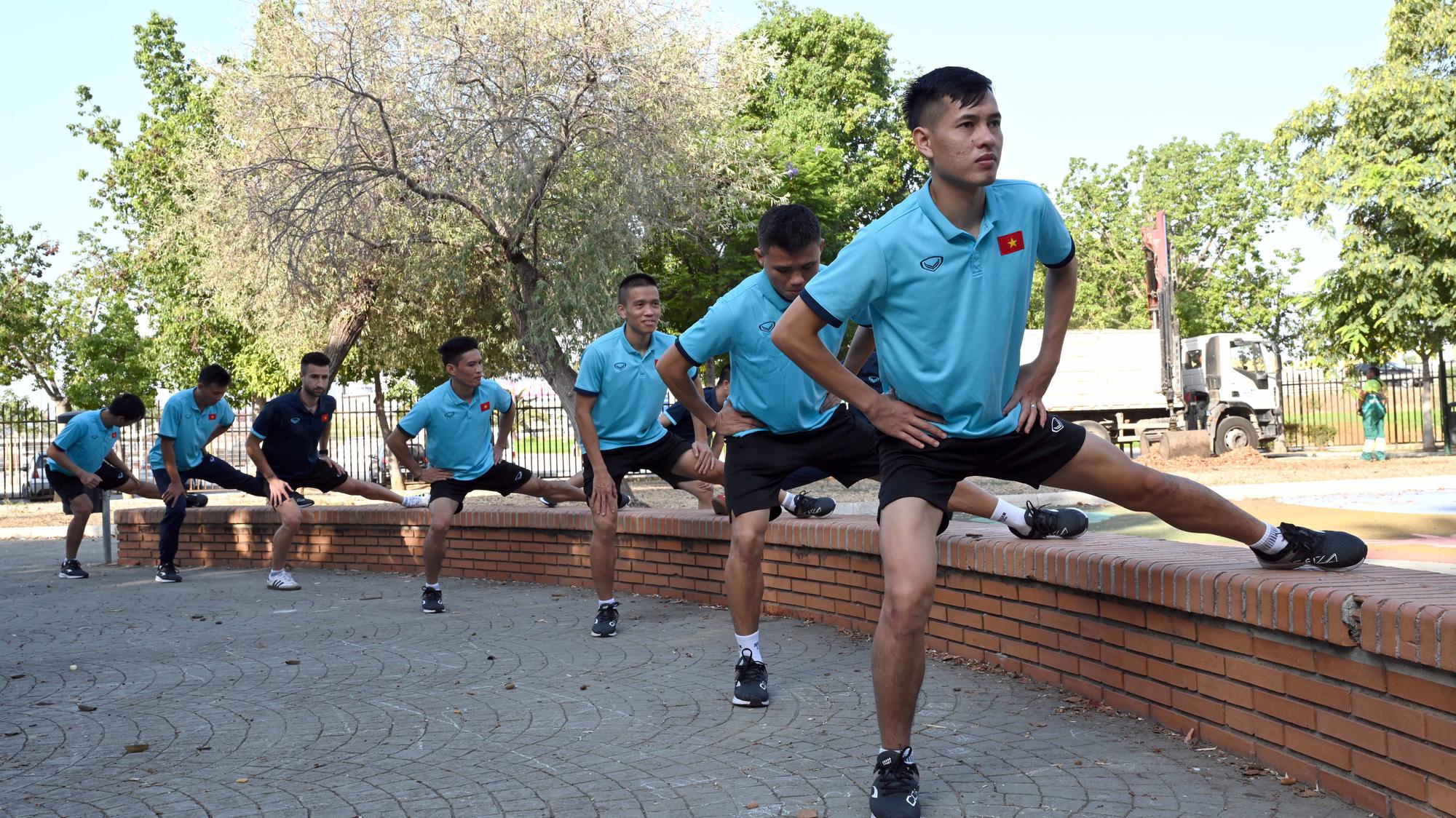 Đội tuyển futsal Việt Nam trong buổi tập đầu tiên tại Tây Ban Nha - Ảnh 5.