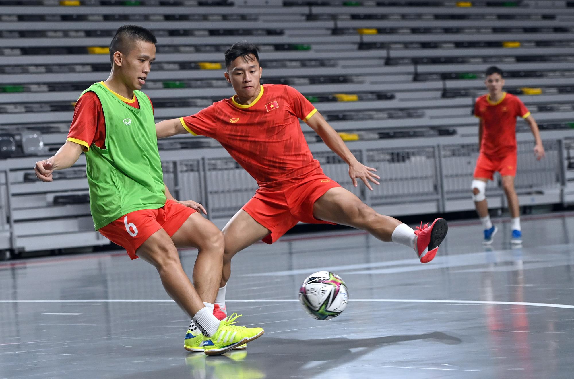 Đội tuyển futsal Việt Nam trong buổi tập đầu tiên tại Tây Ban Nha - Ảnh 6.