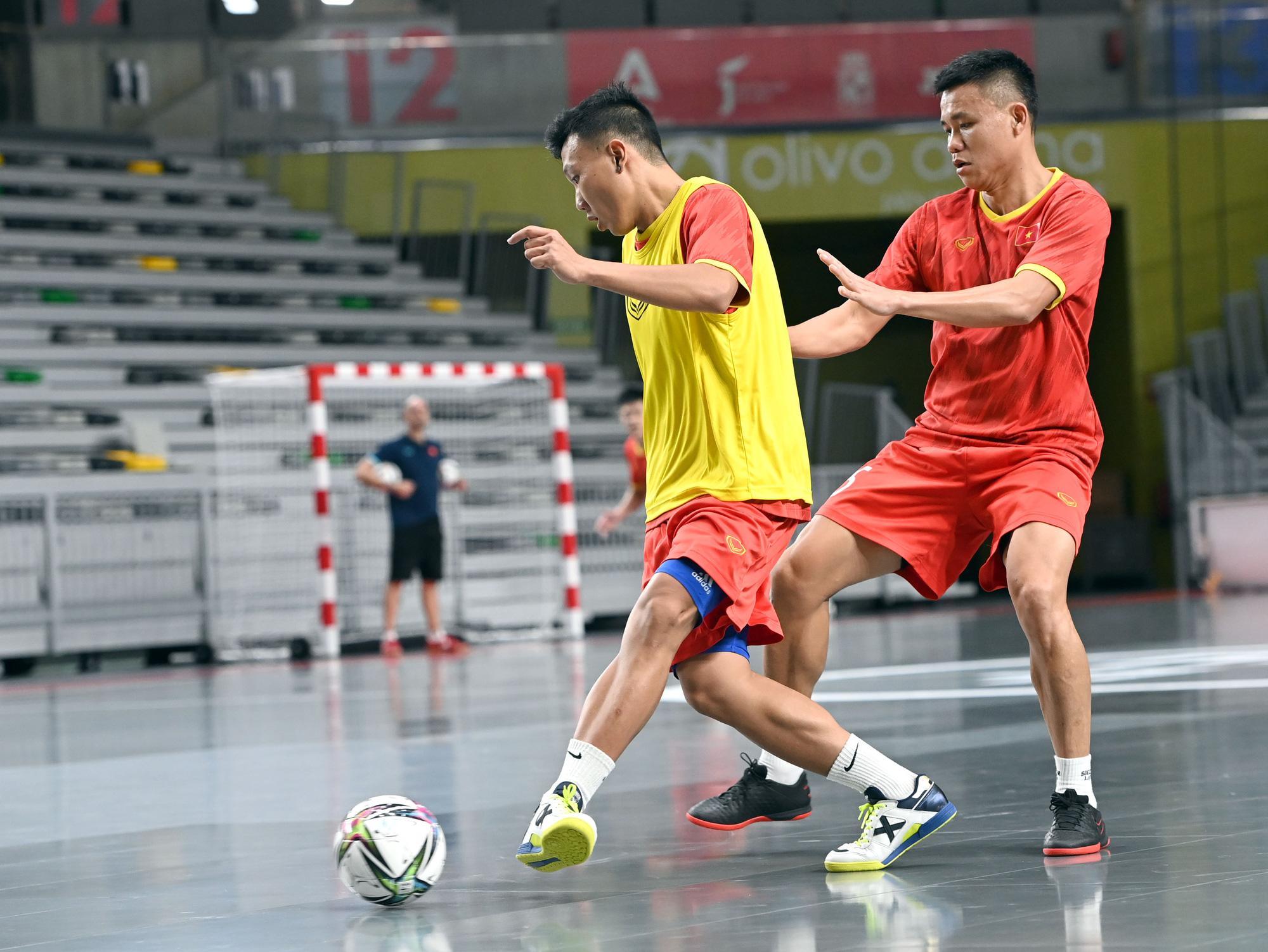 Đội tuyển futsal Việt Nam trong buổi tập đầu tiên tại Tây Ban Nha - Ảnh 2.
