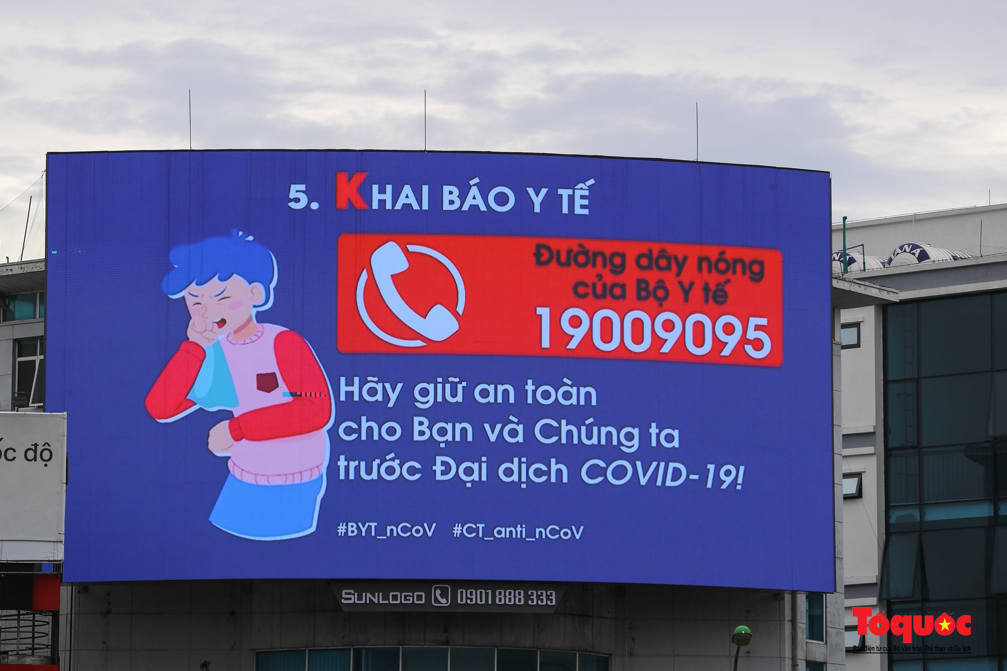 Pano, hình ảnh cổ động phòng chống dịch COVID-19 trên khắp đường phố Hà Nội - Ảnh 10.