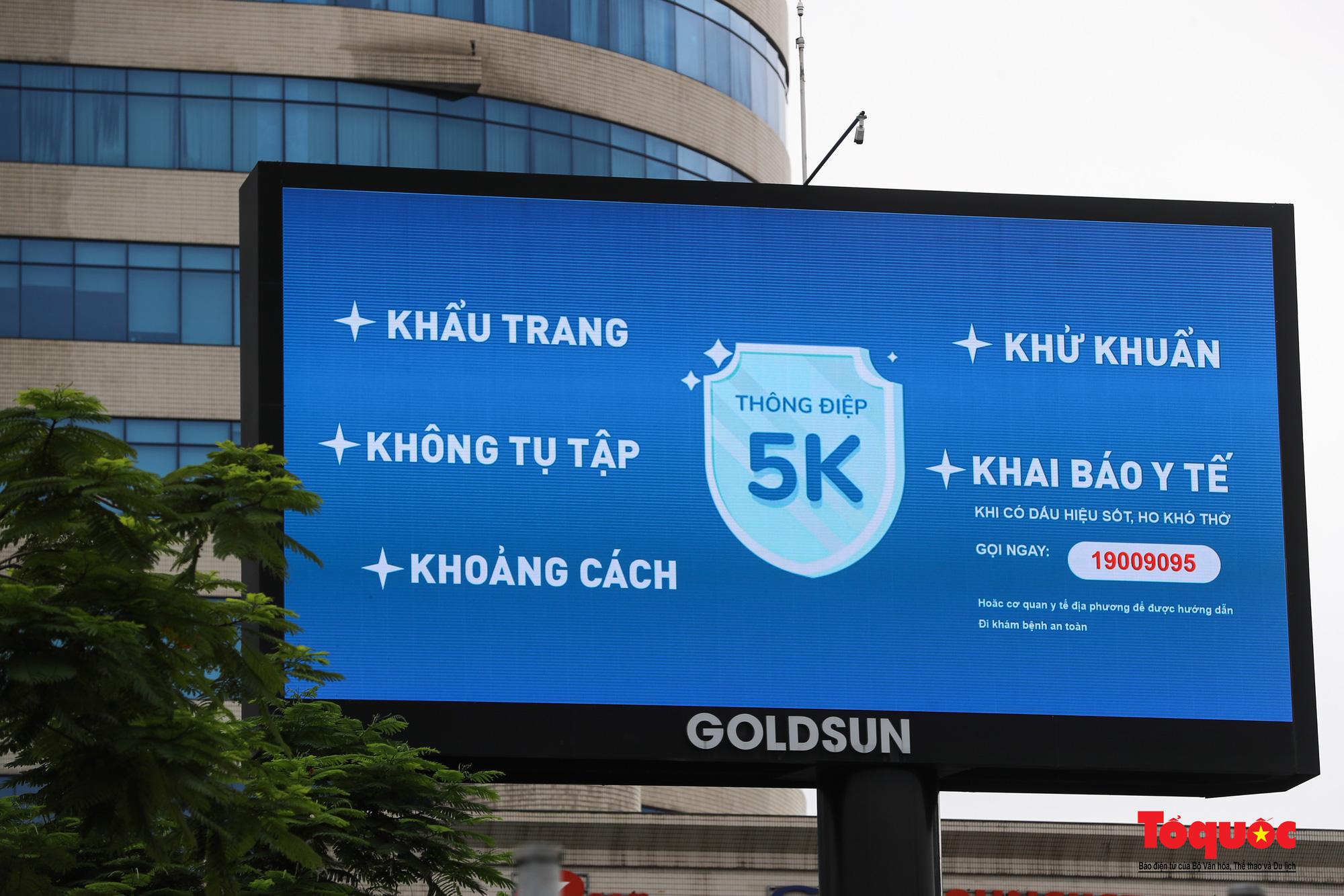 Pano, hình ảnh cổ động phòng chống dịch COVID-19 trên khắp đường phố Hà Nội - Ảnh 5.