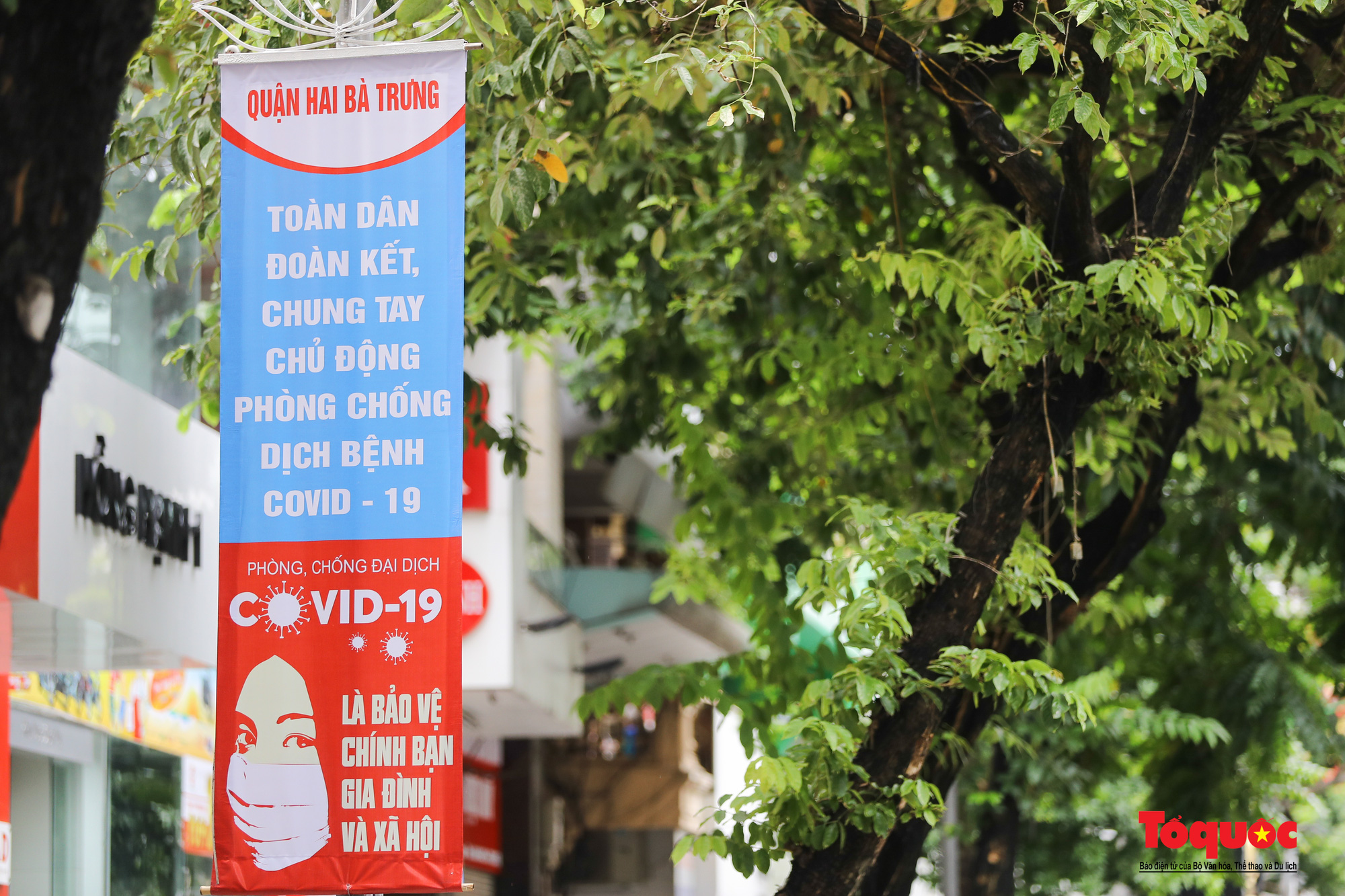 Pano, hình ảnh cổ động phòng chống dịch COVID-19 trên khắp đường phố Hà Nội - Ảnh 4.