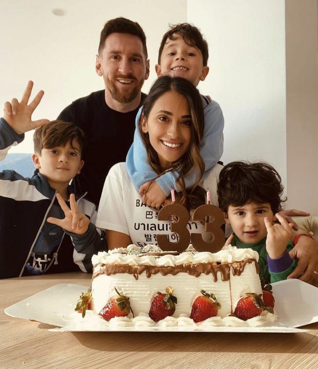 Thấy bố khóc, cậu út nhà Messi ngồi rung đùi cười tủm tỉm, tiếp nối truyền thống cà khịa trứ danh của 2 anh trai: Người là fan CR7, người lại anti Barca ra mặt - Ảnh 2.