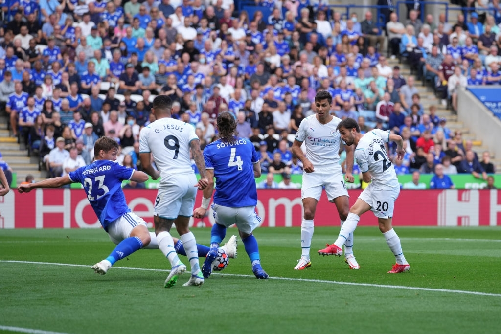 Đồng đội trên tuyển của Ronaldo tỏa sáng giúp Man City vượt ải Leicester  - Ảnh 4.