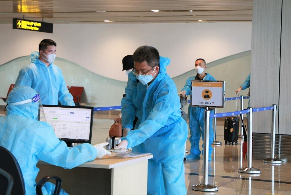 """Hai chuyến bay chở 345 khách có """"Hộ chiếu vắc xin"""" từ Mỹ hạ cánh tại sân bay Vân Đồn - Ảnh 1."""