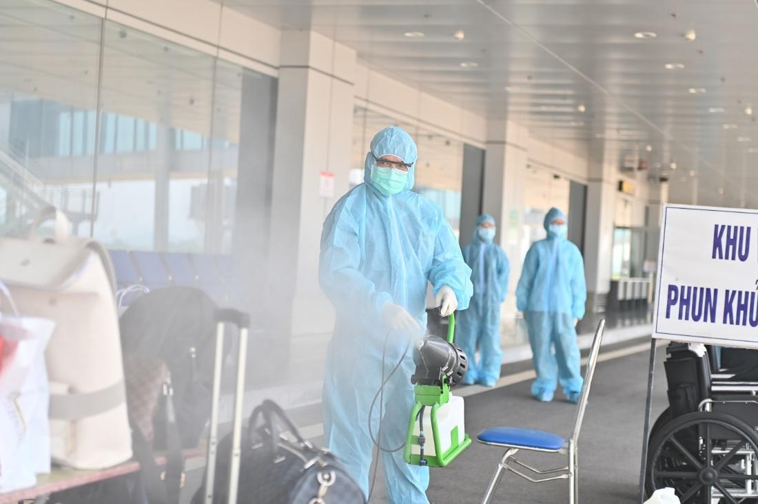 """Hai chuyến bay chở 345 khách có """"Hộ chiếu vắc xin"""" từ Mỹ hạ cánh tại sân bay Vân Đồn - Ảnh 2."""