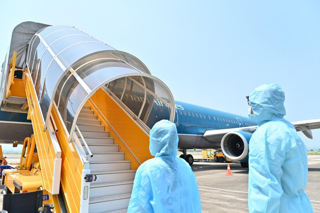 """Hai chuyến bay chở 345 khách có """"Hộ chiếu vắc xin"""" từ Mỹ hạ cánh tại sân bay Vân Đồn - Ảnh 4."""