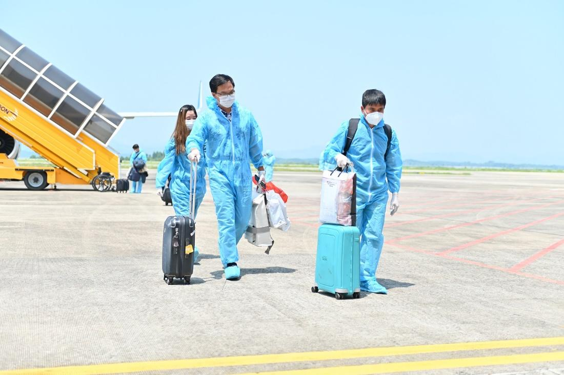 """Hai chuyến bay chở 345 khách có """"Hộ chiếu vắc xin"""" từ Mỹ hạ cánh tại sân bay Vân Đồn - Ảnh 5."""