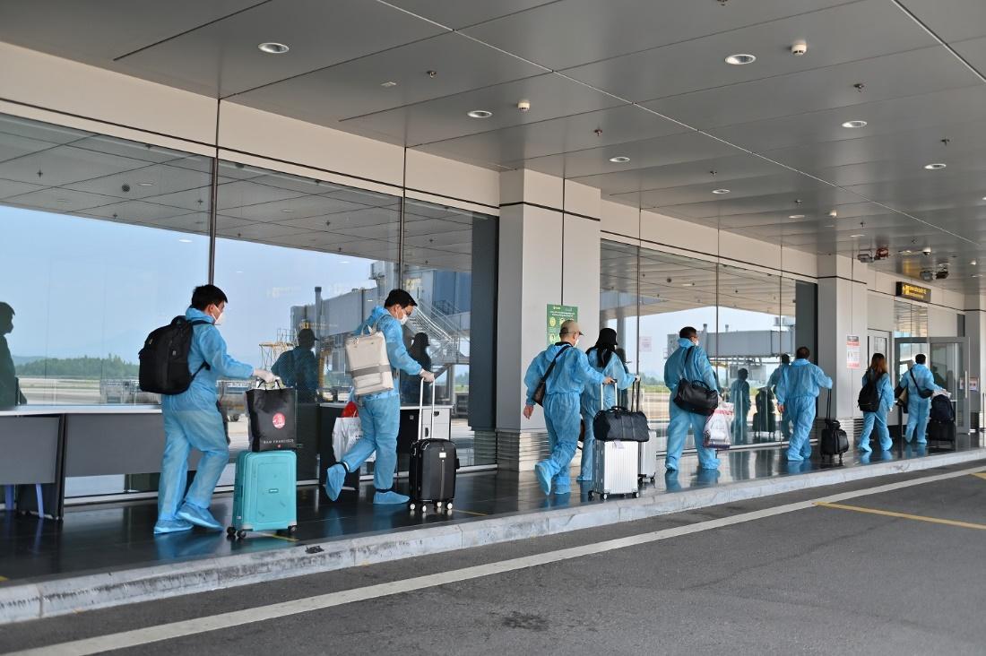 """Hai chuyến bay chở 345 khách có """"Hộ chiếu vắc xin"""" từ Mỹ hạ cánh tại sân bay Vân Đồn - Ảnh 6."""
