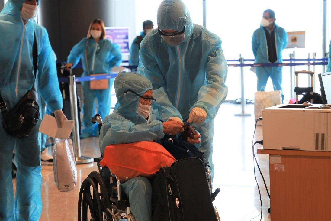 """Hai chuyến bay chở 345 khách có """"Hộ chiếu vắc xin"""" từ Mỹ hạ cánh tại sân bay Vân Đồn - Ảnh 7."""