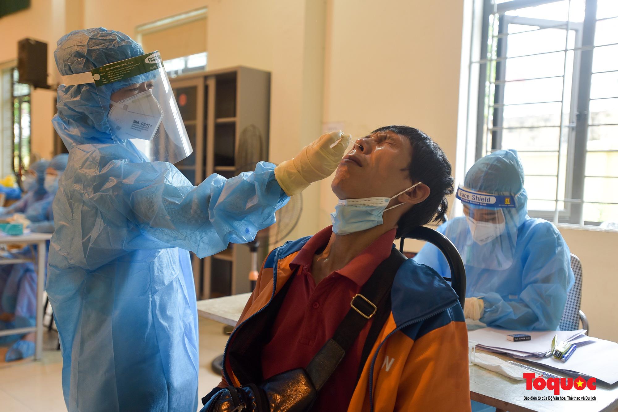 Hà Nội: Thần tốc xét nghiệm Covid-19 cho 100% người dân trên địa bàn - Ảnh 20.