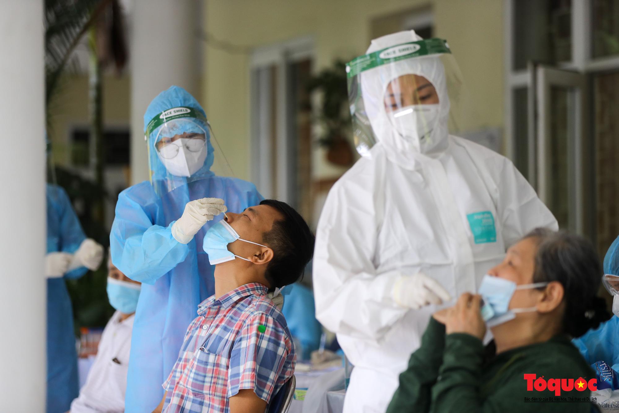 Hà Nội: Thần tốc xét nghiệm Covid-19 cho 100% người dân trên địa bàn - Ảnh 19.