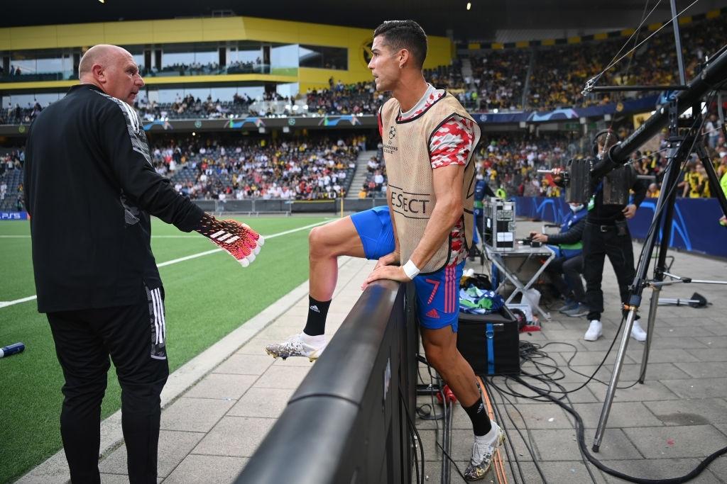 Nhân viên an ninh được tặng áo số 7 huyền thoại sau khi bị Ronaldo đá bóng trúng đầu - Ảnh 9.