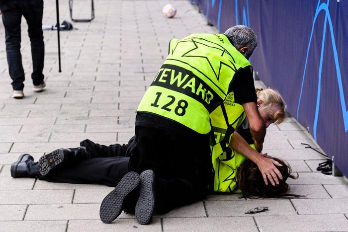 Nhân viên an ninh được tặng áo số 7 huyền thoại sau khi bị Ronaldo đá bóng trúng đầu - Ảnh 5.