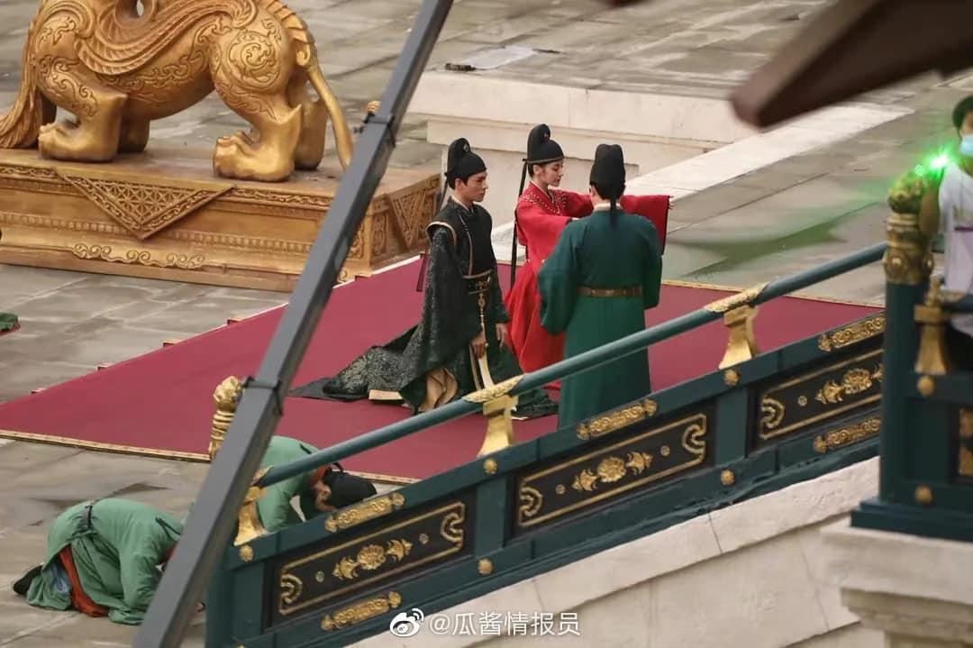 Địch Lệ Nhiệt Ba mặc quan phục cực soái, nhìn như anh em bạn chú với Cung Tuấn ở bom tấn An Lạc Truyện - Ảnh 4.