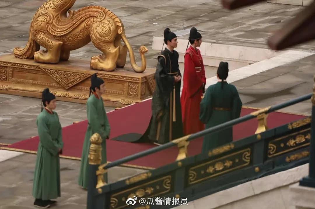 Địch Lệ Nhiệt Ba mặc quan phục cực soái, nhìn như anh em bạn chú với Cung Tuấn ở bom tấn An Lạc Truyện - Ảnh 5.