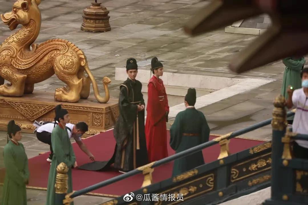 Địch Lệ Nhiệt Ba mặc quan phục cực soái, nhìn như anh em bạn chú với Cung Tuấn ở bom tấn An Lạc Truyện - Ảnh 6.