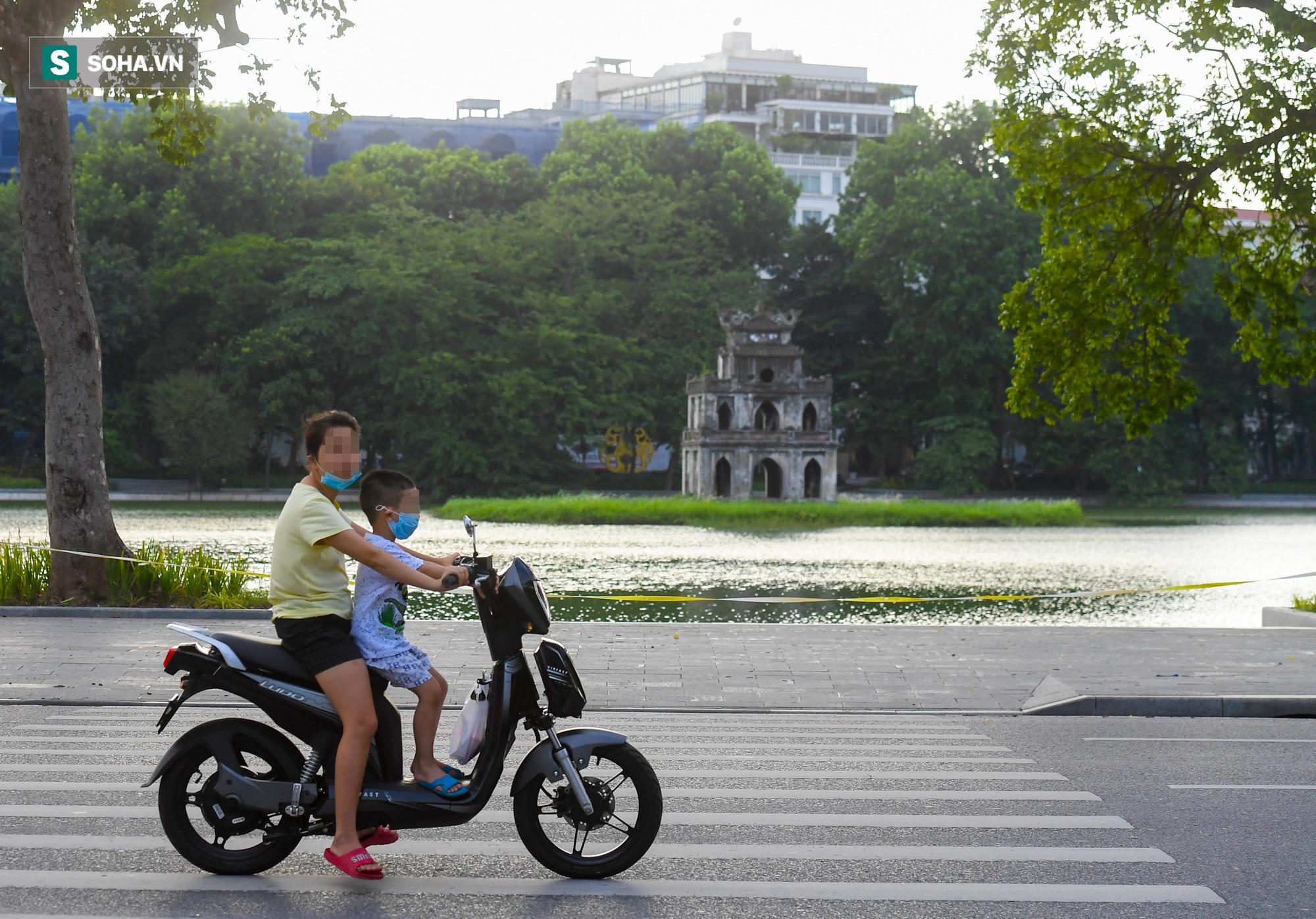 Ra đường mùa dịch: Nhiều người ở Hà Nội nhớ khẩu trang nhưng quên luật giao thông - Ảnh 1.