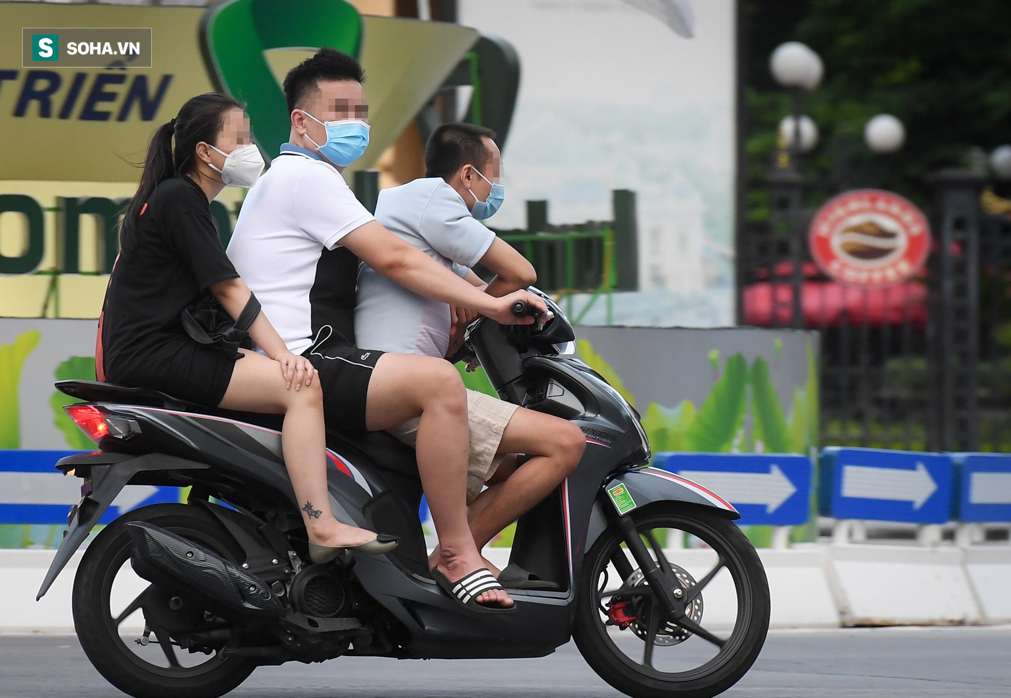 Ra đường mùa dịch: Nhiều người ở Hà Nội nhớ khẩu trang nhưng quên luật giao thông - Ảnh 2.