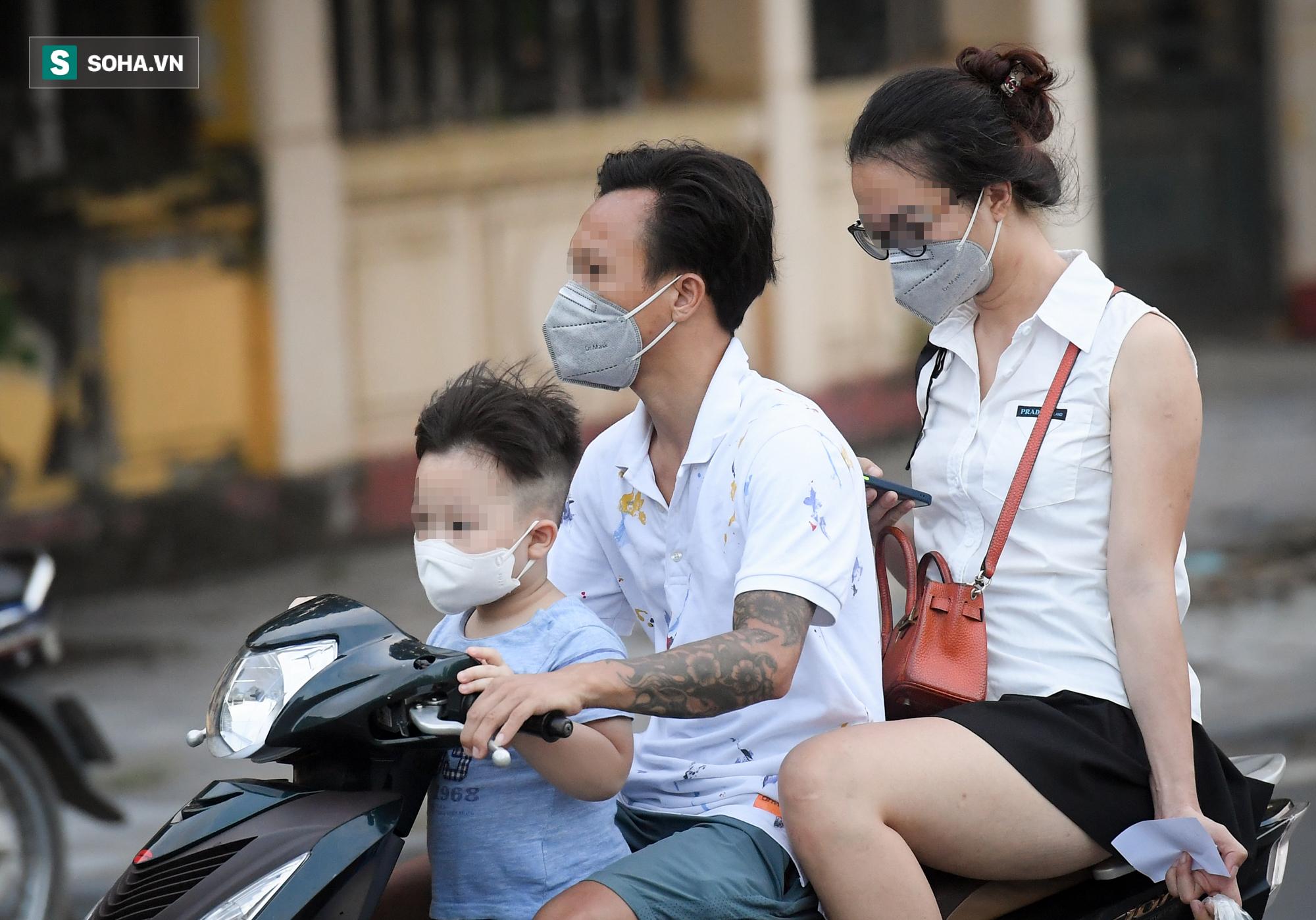Ra đường mùa dịch: Nhiều người ở Hà Nội nhớ khẩu trang nhưng quên luật giao thông - Ảnh 4.