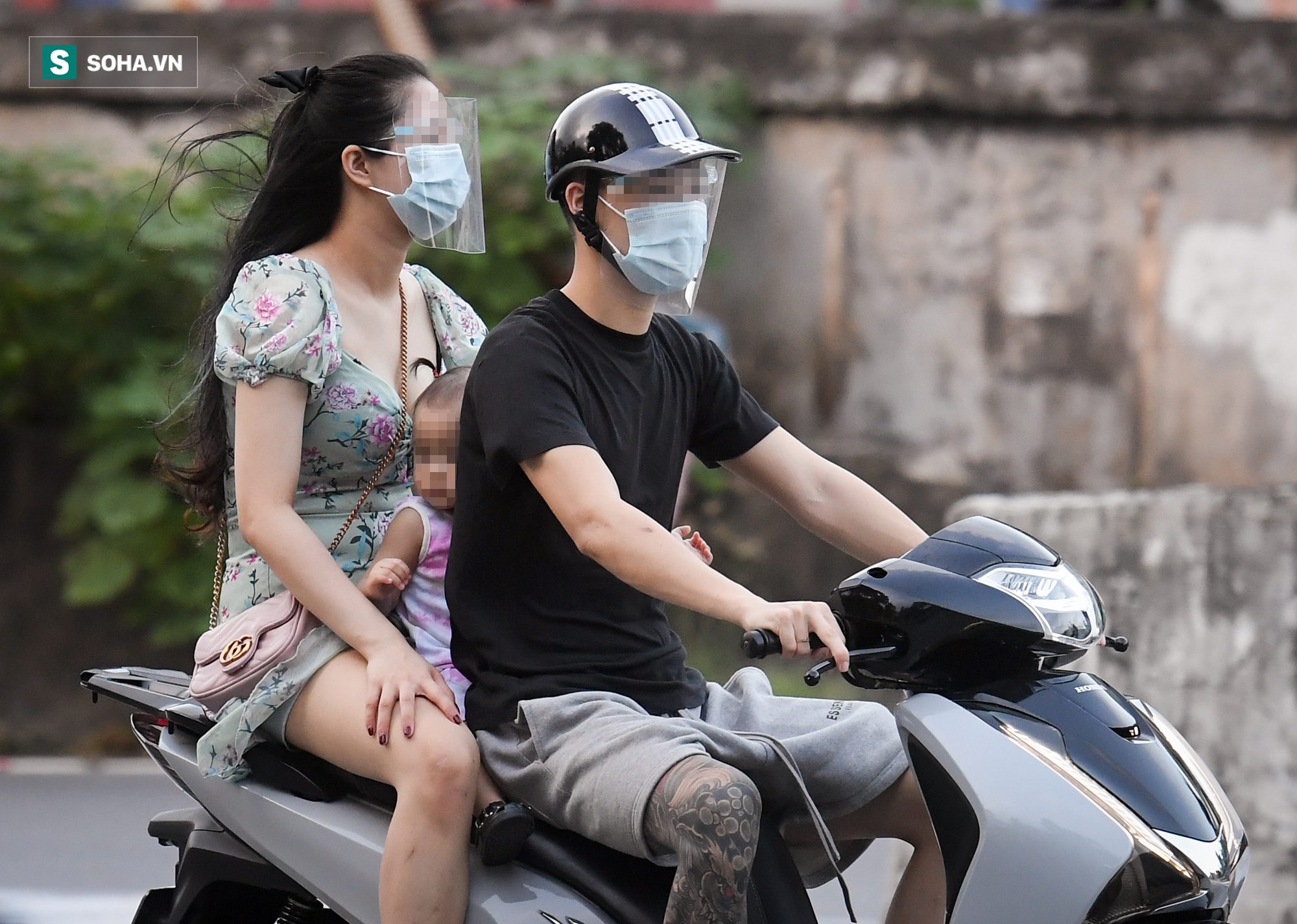 Ra đường mùa dịch: Nhiều người ở Hà Nội nhớ khẩu trang nhưng quên luật giao thông - Ảnh 5.
