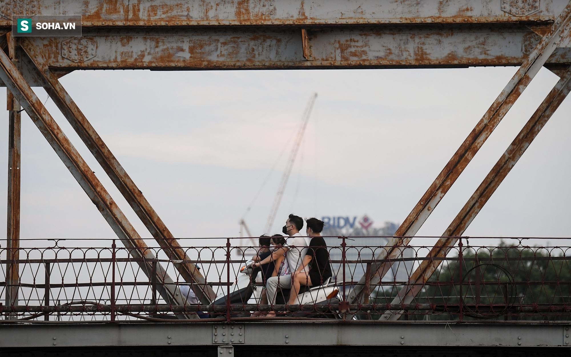Ra đường mùa dịch: Nhiều người ở Hà Nội nhớ khẩu trang nhưng quên luật giao thông - Ảnh 9.