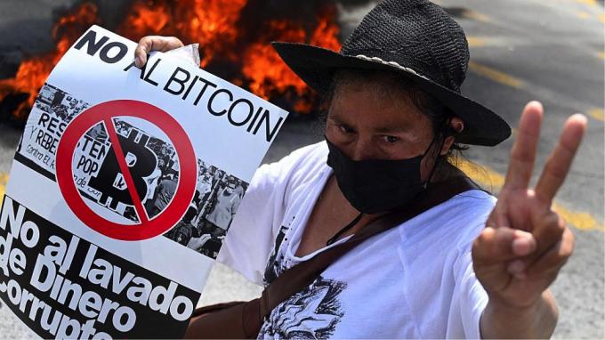 Người dân El Salvador biểu tình phản đối Bitcoin, đốt cây ATM - Ảnh 1.