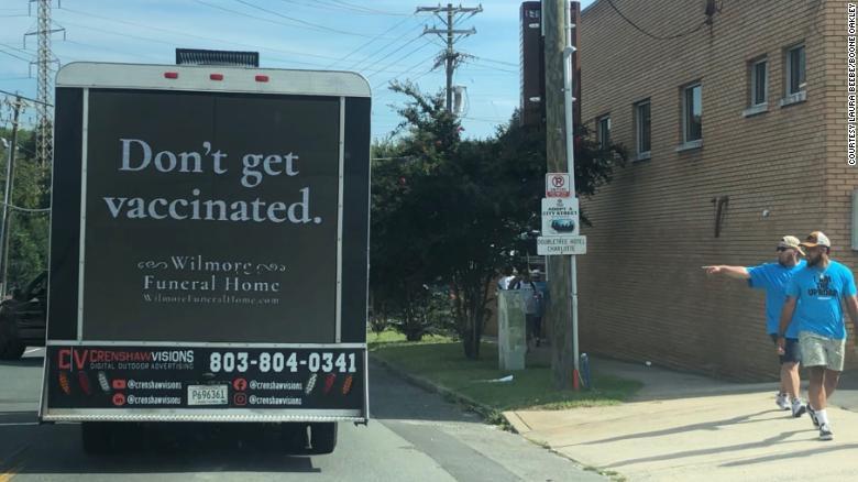 Sơn xe tang với dòng chữ đừng tiêm vắc xin, người Mỹ đang làm mọi cách để chặn dịch - Ảnh 1.