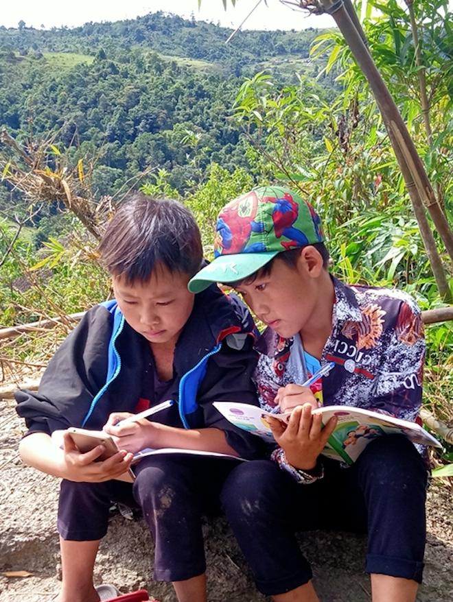 Học sinh ở bản biên giới leo đỉnh núi, dựng lán hứng sóng để học trực tuyến - Ảnh 3.