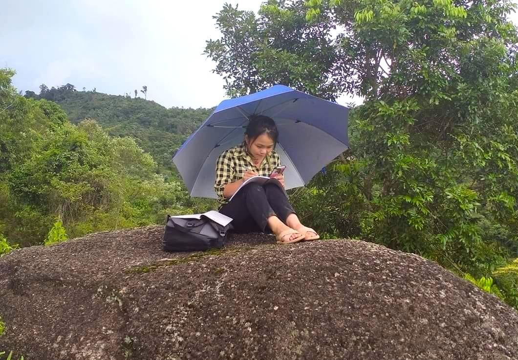Học sinh ở bản biên giới leo đỉnh núi, dựng lán hứng sóng để học trực tuyến - Ảnh 4.