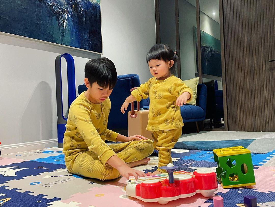 Subeo mặc đồ đôi, quấn quít chơi cùng Suchin, nhìn là biết cậu bé cưng em gái cỡ nào - Ảnh 3.