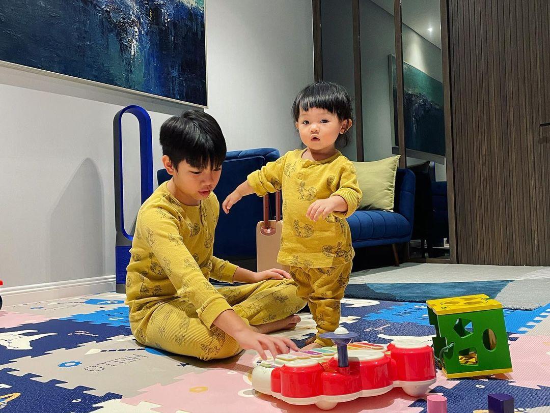 Subeo mặc đồ đôi, quấn quít chơi cùng Suchin, nhìn là biết cậu bé cưng em gái cỡ nào - Ảnh 4.