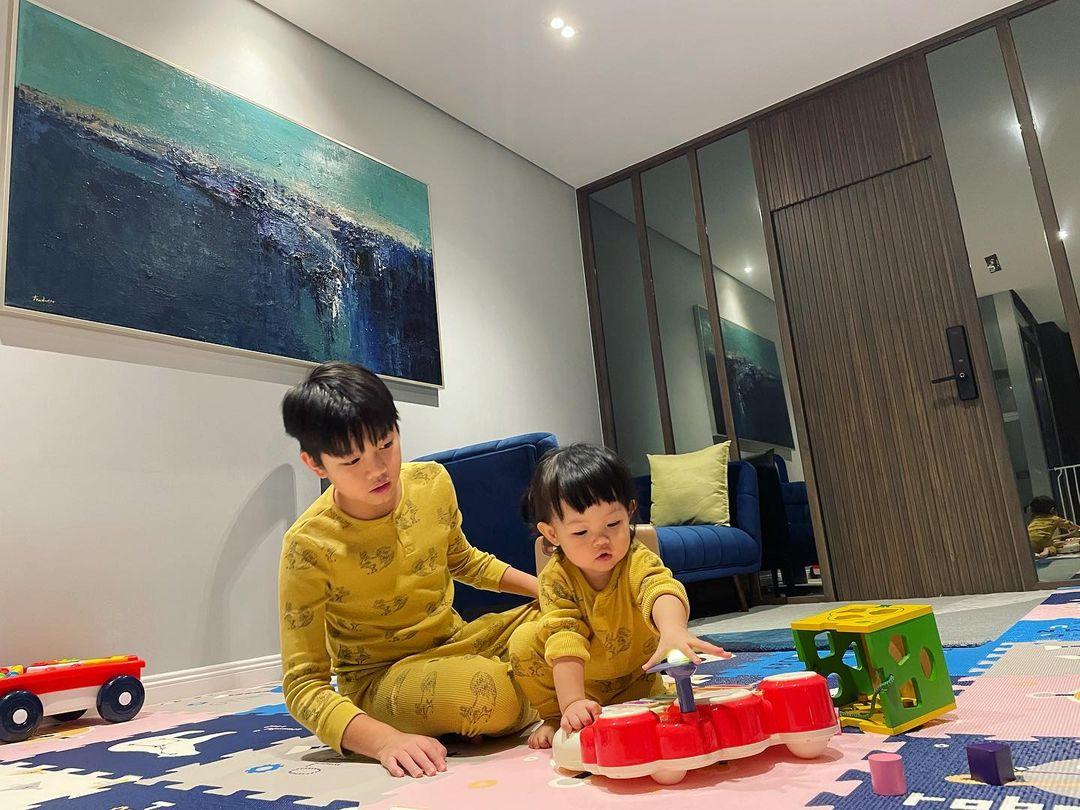 Subeo mặc đồ đôi, quấn quít chơi cùng Suchin, nhìn là biết cậu bé cưng em gái cỡ nào - Ảnh 2.
