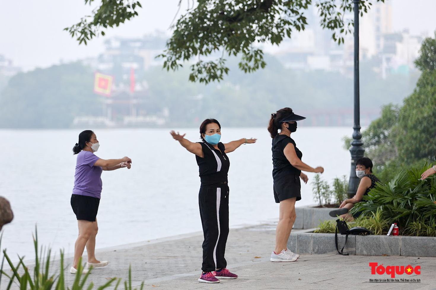 Hồ Gươm đông nghịt người dân tập thể dục sau nhiều ngày bị giãn cách - Ảnh 7.