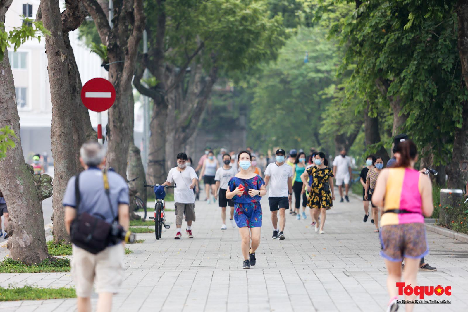 Hồ Gươm đông nghịt người dân tập thể dục sau nhiều ngày bị giãn cách - Ảnh 12.
