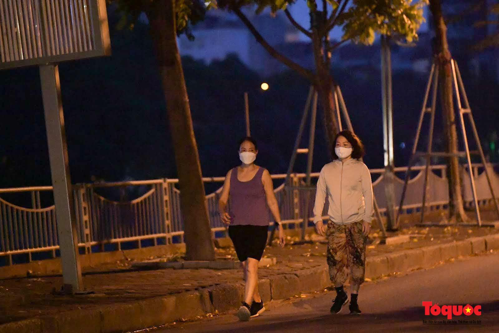Hồ Gươm đông nghịt người dân tập thể dục sau nhiều ngày bị giãn cách - Ảnh 2.