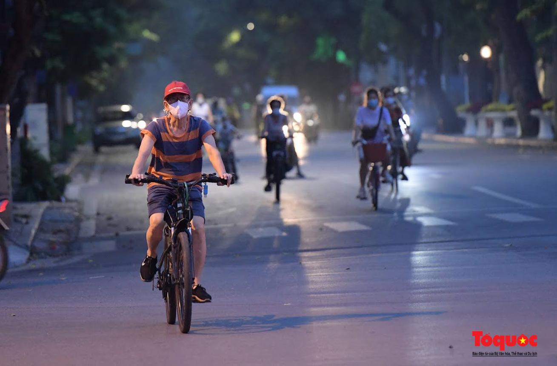 Hồ Gươm đông nghịt người dân tập thể dục sau nhiều ngày bị giãn cách - Ảnh 3.