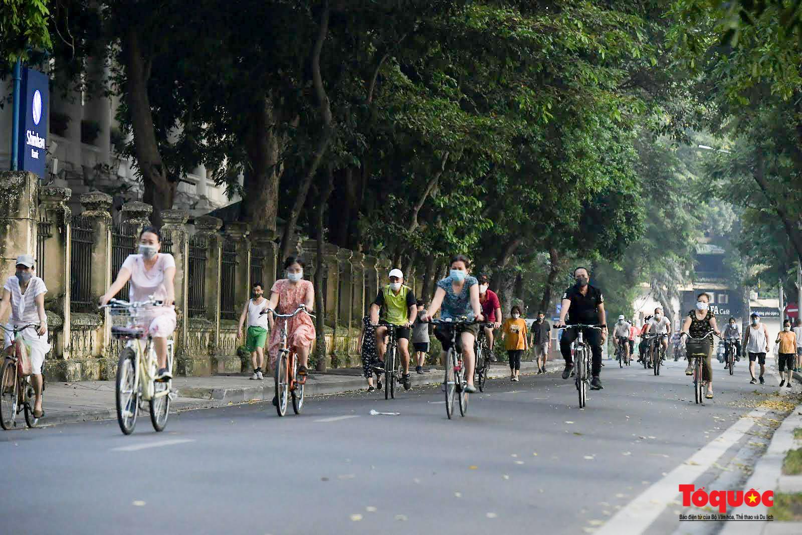 Hồ Gươm đông nghịt người dân tập thể dục sau nhiều ngày bị giãn cách - Ảnh 5.