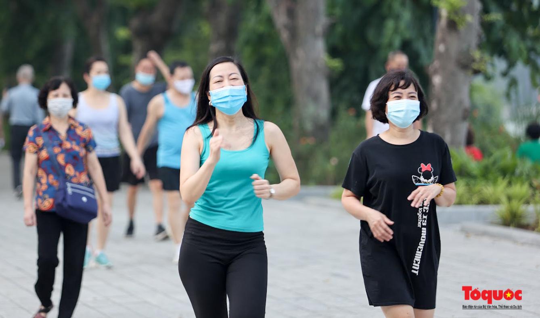 Hồ Gươm đông nghịt người dân tập thể dục sau nhiều ngày bị giãn cách - Ảnh 13.