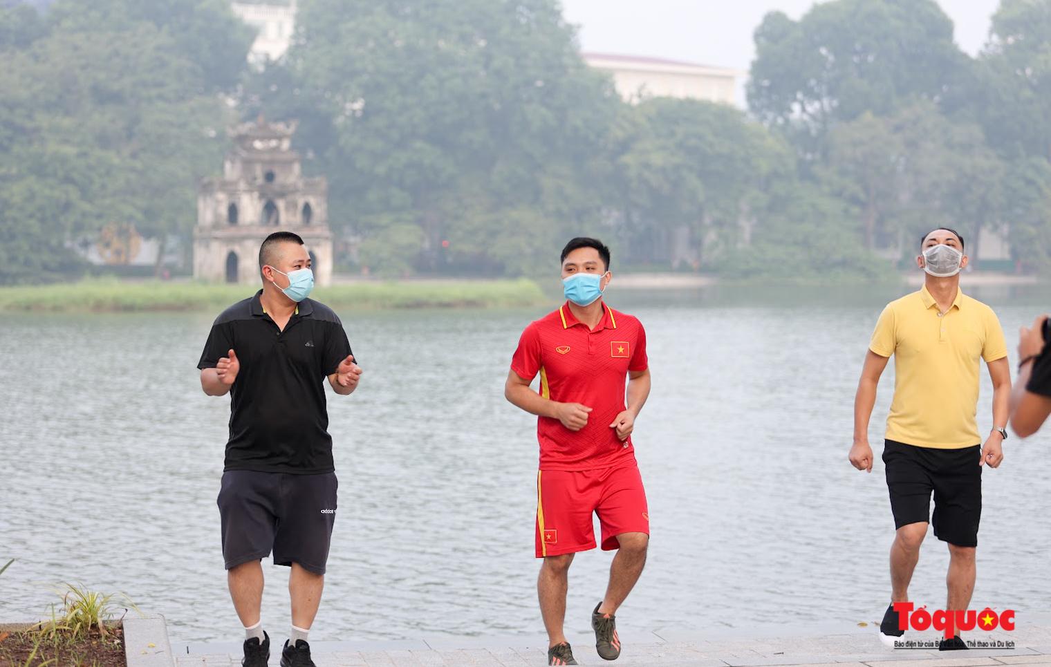 Hồ Gươm đông nghịt người dân tập thể dục sau nhiều ngày bị giãn cách - Ảnh 9.