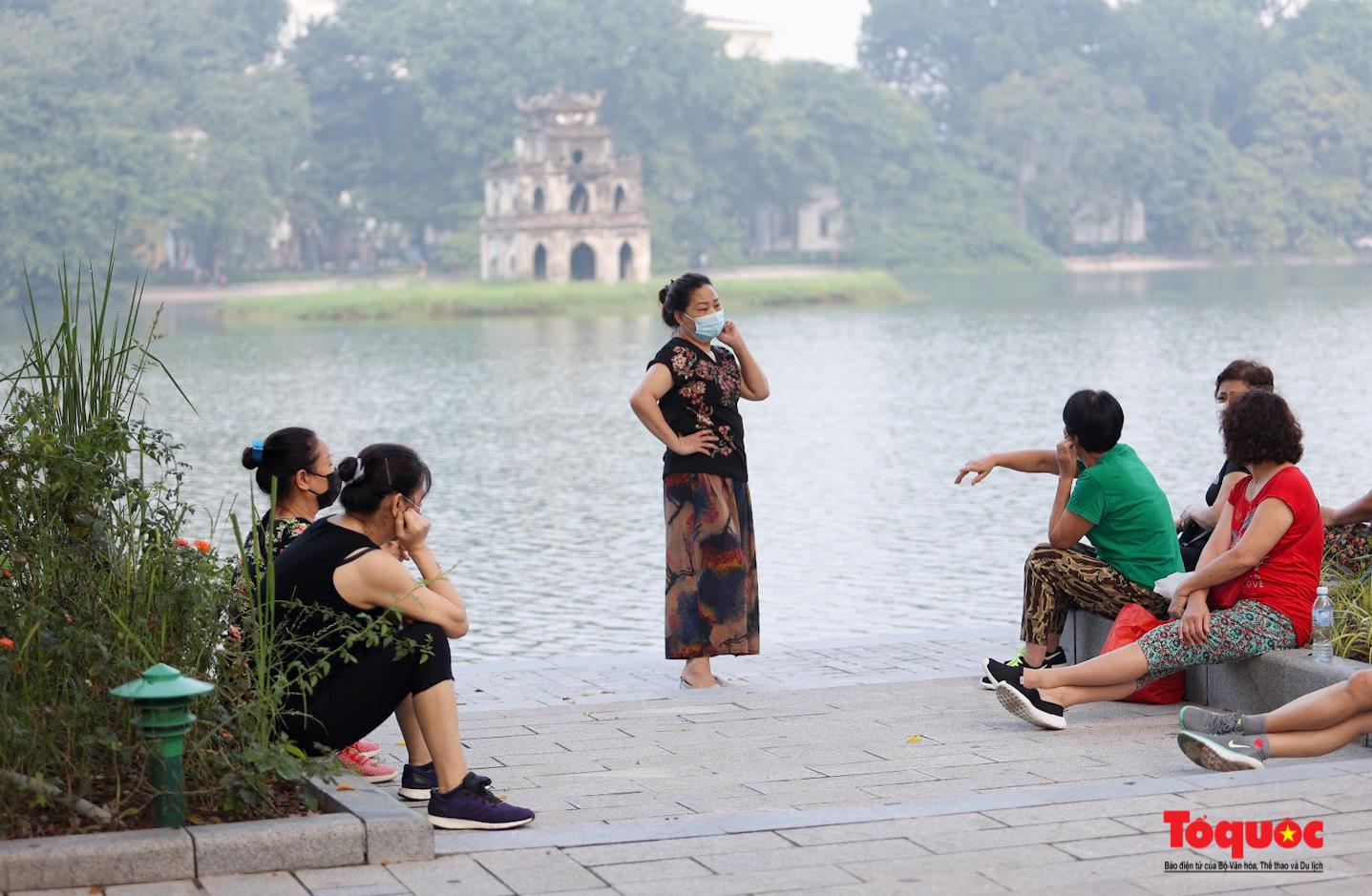 Hồ Gươm đông nghịt người dân tập thể dục sau nhiều ngày bị giãn cách - Ảnh 14.
