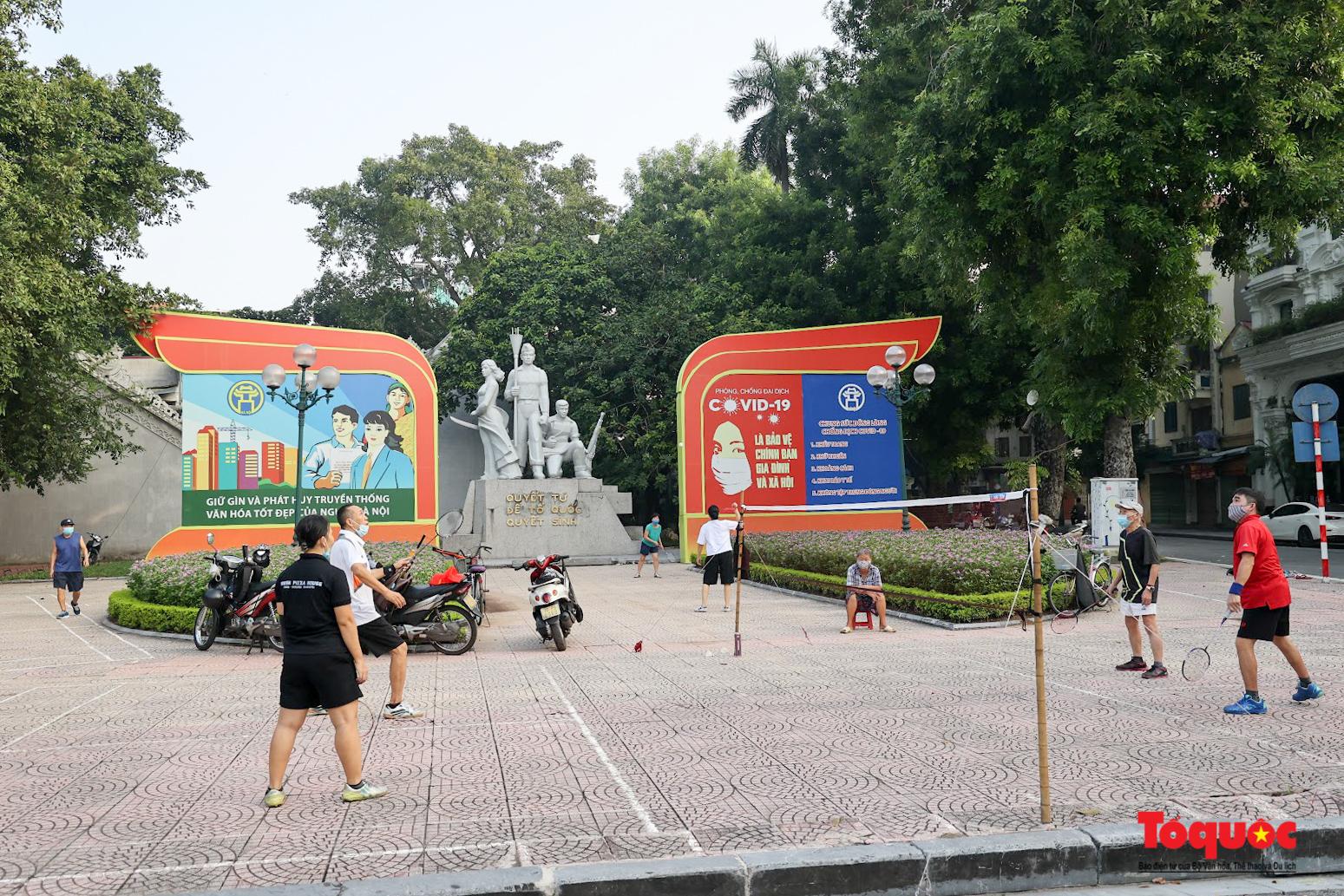 Hồ Gươm đông nghịt người dân tập thể dục sau nhiều ngày bị giãn cách - Ảnh 1.