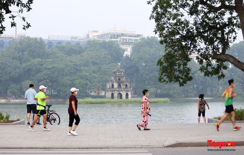 Hồ Gươm đông nghịt người dân tập thể dục sau nhiều ngày bị giãn cách - Ảnh 8.
