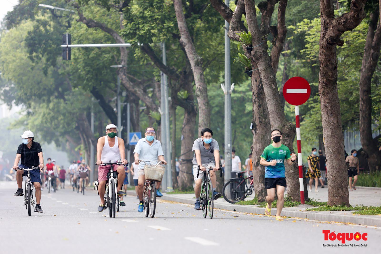 Hồ Gươm đông nghịt người dân tập thể dục sau nhiều ngày bị giãn cách - Ảnh 10.